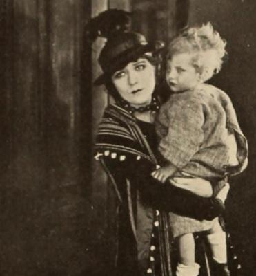 Mary hoodlum carrying baby mot pic news '19